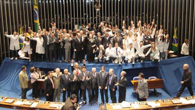 Mobilização: conselheiros do CFM e CRMs, médicos e estudantes, acompanharam a votação, que terminou por volta de meia noite