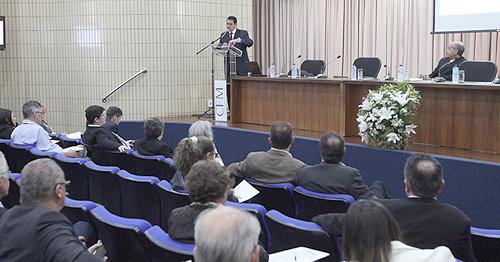 Conselheiro Hideraldo Cabeça (em pé) explicou as mudanças advindas da Resolução